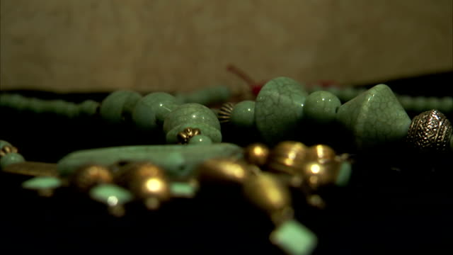 turquoise and gold color jewellery lies on display - halskette stock-videos und b-roll-filmmaterial
