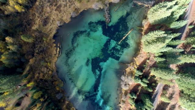 vidéos et rushes de lac de couleur turquoise dans le désert - canoë