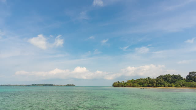 vídeos de stock e filmes b-roll de turquoise crystal-clear ocean with blue sky, time lapse video - exotismo