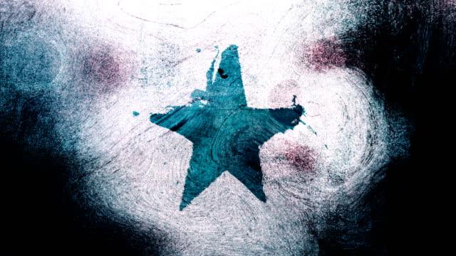 stockvideo's en b-roll-footage met turquoise grunge stervorm symbool op een hoog contrastrijke grungy en vuile, verontruste en vlekken muur 4k video achtergrond met swirls street stijl voor de concepten van populariteit, beroemdheden, roem, hollywood, reputatie, glorie, overgangen en titels - star shape