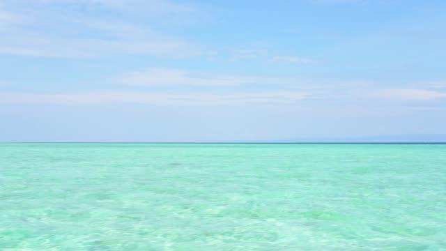 ターコイズブルーの海と青い空 - 通り過ぎる - 通過する点の映像素材/bロール