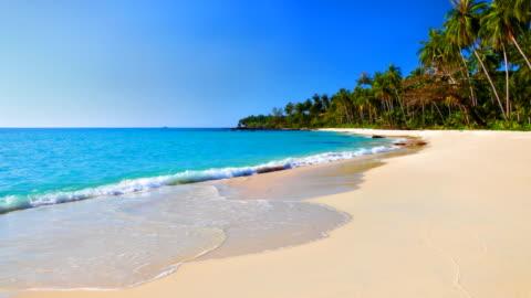 vídeos y material grabado en eventos de stock de mar turquesa agua y el cielo azul en la playa tropical - litoral