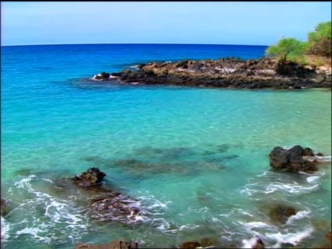turquoise water in inlet on kona coast / hapuna beach, kohala, hawaii - ハワイ島点の映像素材/bロール