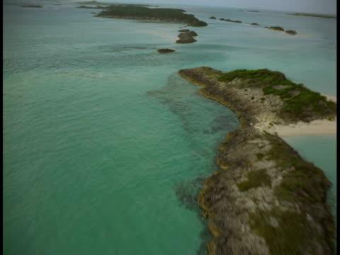 vidéos et rushes de turquoise waters of the atlantic ocean surround little islands in the bahamas. - angle de prise de vue