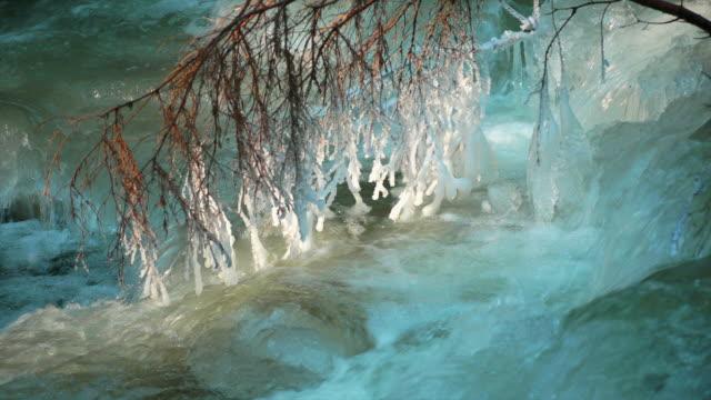 vídeos de stock, filmes e b-roll de hd turquesa rio de inverno com gelo branch (circulares) (4:2: 2 - pingente de gelo