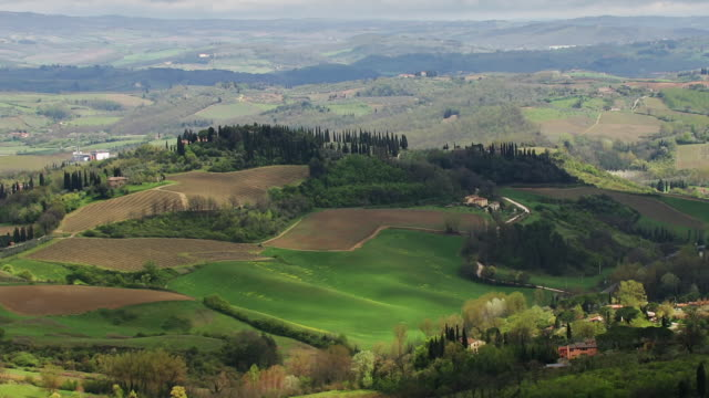 vidéos et rushes de t/l ha pan tuscan countryside east of san gimignano, italy - patchwork landscape