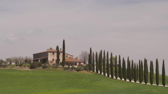 vidéos et rushes de a tuscan farmhouse in the val d'orcia. - toscane