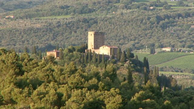 vidéos et rushes de ws tuscan farmhouse on top of hill / montalcino, tuscany, italy - toscane