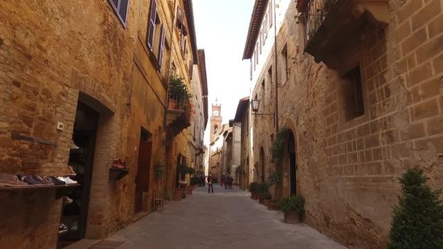vídeos de stock e filmes b-roll de tuscany countryside old town - toscana