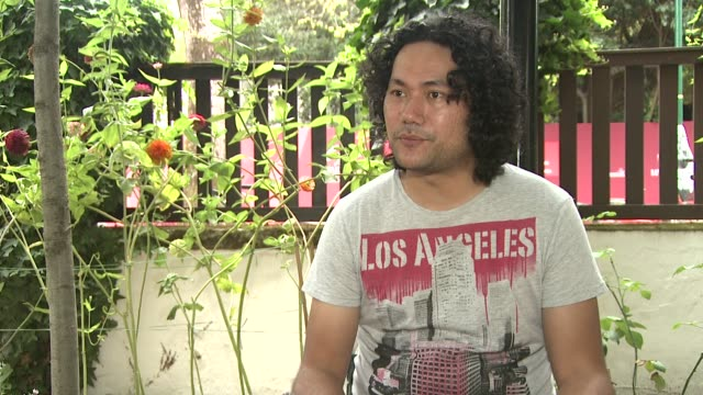 stockvideo's en b-roll-footage met tusi tamasese on this being the first samoan film at a film festival at the the orator interviews venice film festival 2011 at venice - samoa