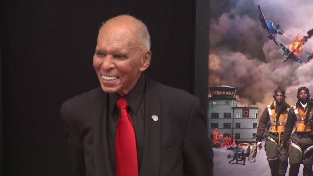 tuskegee airmen dr roscoe brown at red tails premiere red carpet new york ny united states - tuskegee airmen stock-videos und b-roll-filmmaterial