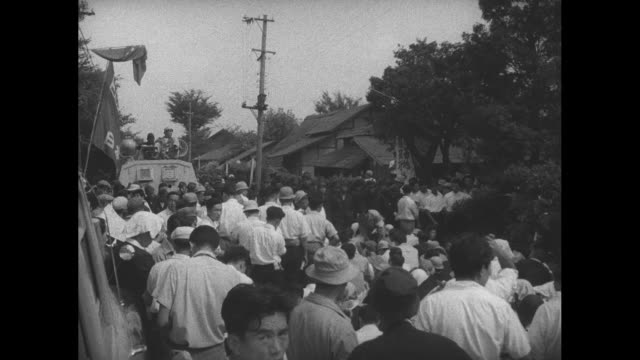 vidéos et rushes de tussle between japanese villagers, labor unionists and leftist political leaders and some of the 2000 police present during demonstration against us... - tape measure