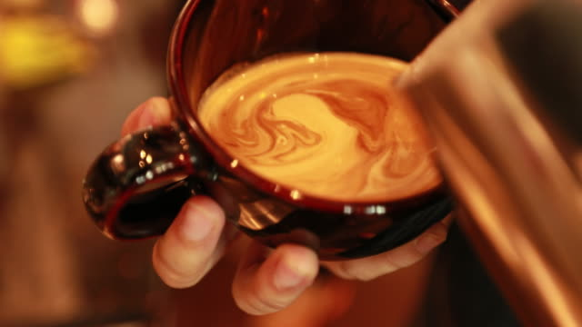 tutorial barista making art latte - macinare video stock e b–roll