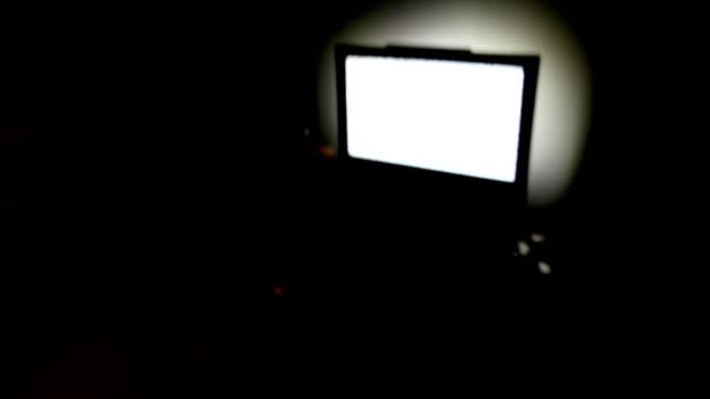 tv-lärm in dunklen wohnzimmer - spuk stock-videos und b-roll-filmmaterial