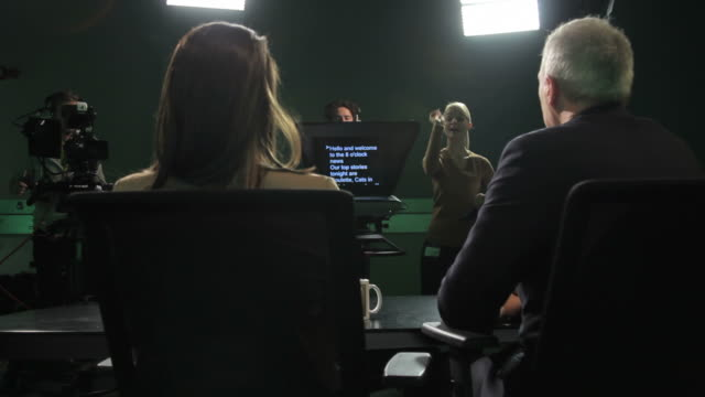 stockvideo's en b-roll-footage met tv presenters and crew in television studio - persconferentie