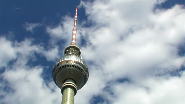 """television tower-berlin alexanderplatz"" berlin ""(zeitraffer - sendeturm stock-videos und b-roll-filmmaterial"