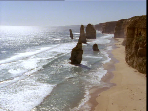"""twelve apostles"" sea stacks and coastline, victoria, australia - 石灰岩点の映像素材/bロール"