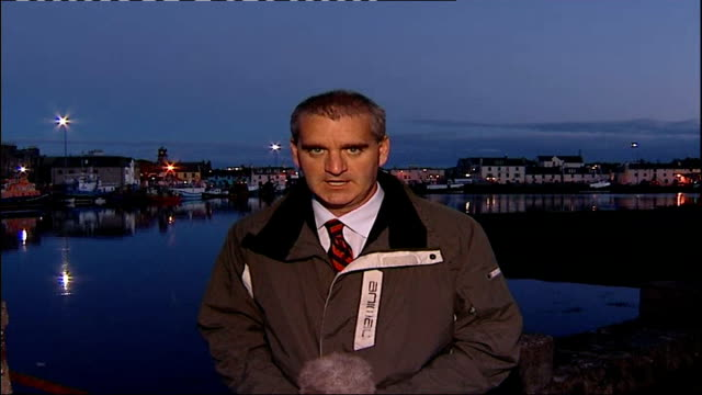 twelveyearold girl abducted in stornoway scotland isle of lewis stornoway reporter to camera dissolve louise campbell sitting down at a press... - isole ebridi video stock e b–roll