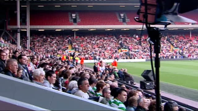vídeos de stock e filmes b-roll de twentieth anniversary of hillsborough disaster culture secretary heckled at memorial service england liverpool ext crowded kop stand at anfield... - liverpool inglaterra