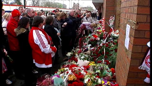 vidéos et rushes de twentieth anniversary of hillsborough disaster: culture secretary heckled at memorial service; england: yorkshire: sheffield: hillsborough: ext... - anniversaire d'un évènement