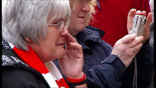 vidéos et rushes de twentieth anniversary of hillsborough disaster: culture secretary heckled at memorial service; mother of anthony peter kelly listening as his name... - anniversaire d'un évènement