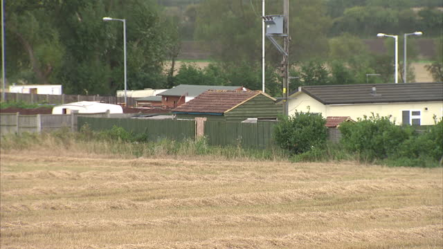 twenty four men have been rescued by bedfordshire police from a caravan site in leighton buzzard it's understood they'd been kept against their will... - レイトンバザード点の映像素材/bロール