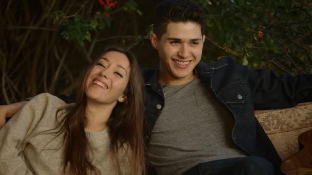 vídeos de stock, filmes e b-roll de twenty something couple in love - jaqueta jeans