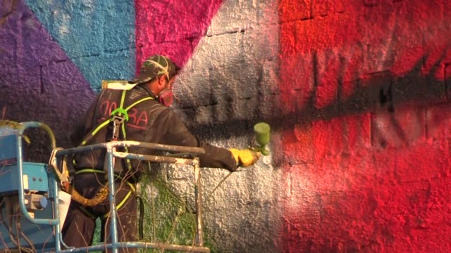 twenty two days from the rio games brazilian street artist eduardo kobra and his team are working hard to finish an enormous fresco almost 3000 m2 of... - olympic rings stock videos & royalty-free footage