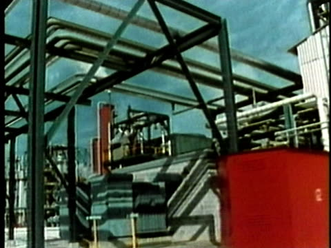 vidéos et rushes de 1969 ws pan 'twenty-four hour' chemical production plant/ usa/ audio - répandre