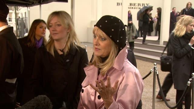 vídeos y material grabado en eventos de stock de london fashion week a/w 2010 red carper arrivals at london england - boina