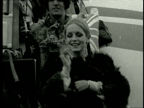 twiggy returns to london airport; england: london: lap : ext twiggy and her manager and boyfriend justin de villeneuve posing on top of plane steps... - boyfriend stock videos & royalty-free footage