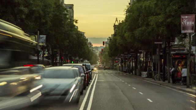 vídeos de stock e filmes b-roll de twilight car traffic in barcelona, spain. - barcelona espanha