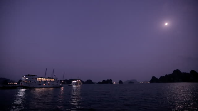 WS Twilight in Ha Long Bay / Vietnam