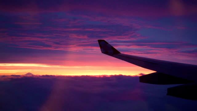 vidéos et rushes de ciel crépusculaire et mt. fuji sur la vue de fenêtre de plan d'air. - beauté de la nature