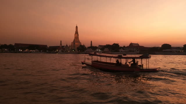 twilight sky wat arun ratchawararam bangkok, thailand. - bangkok stock videos & royalty-free footage