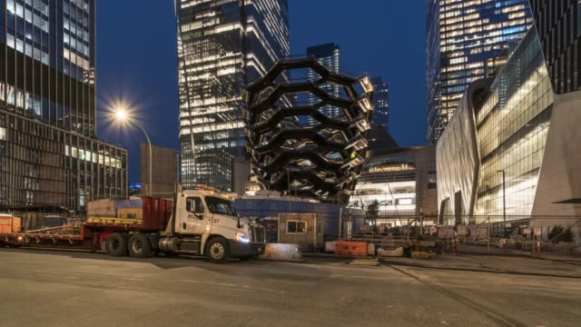 vidéos et rushes de twilight time lapse view of hudson yards - new york - vue en contre plongée verticale