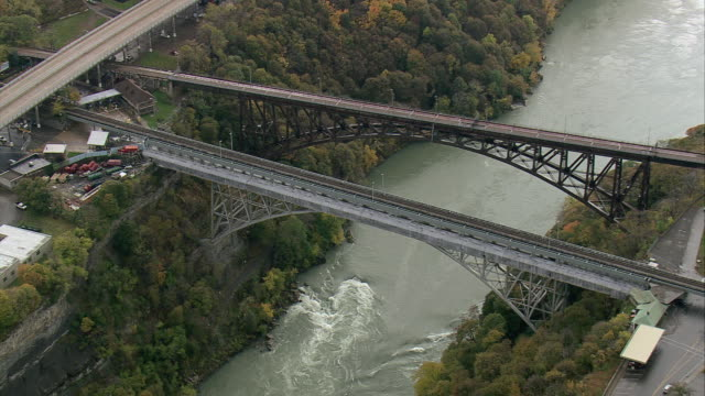 vídeos y material grabado en eventos de stock de aerial twin bridges over the niagara river / niagara falls, new york, united states - formato buzón