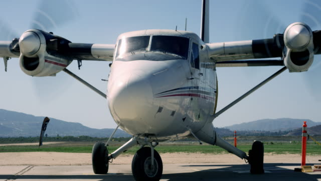 twin otter airplane pulls out - halbnahe einstellung stock-videos und b-roll-filmmaterial