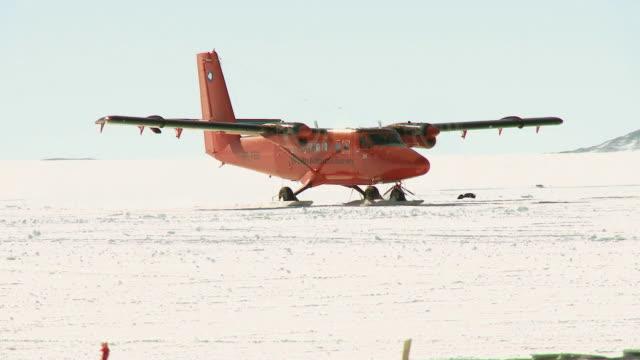 vidéos et rushes de ws ts of twin otter plane taxis after landing in snowy landscape / union glacier, heritage range, ellsworth mountains, antarctica  - transport aérien