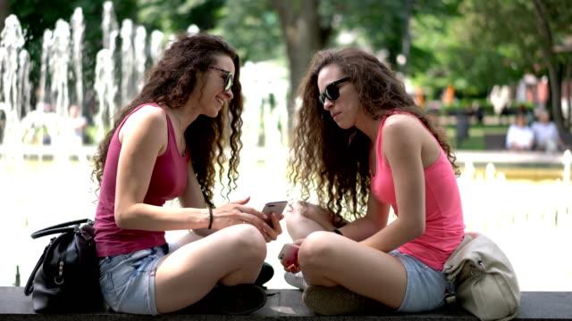 Zwillingsschwestern Surfen auf dem Handy