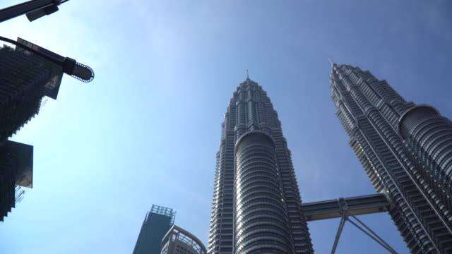 stockvideo's en b-roll-footage met twin tower in kuala lumpur maleisië - petronas twin towers