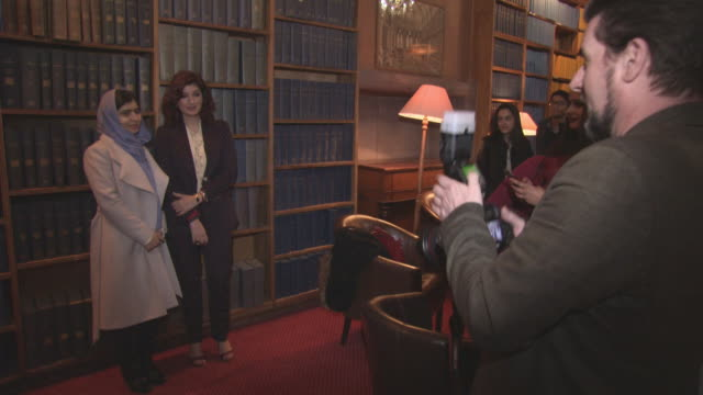 vidéos et rushes de twinkle khanna malala yousafzai at 'pad man' producer twinkle khanna addresses the oxford union at the oxford union on january 18 2018 in oxford... - oxford angleterre