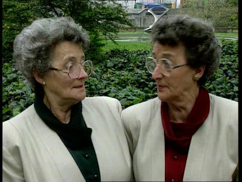 vídeos y material grabado en eventos de stock de twins medical research ext cms joan robbins joy shooter intvwd sot realised that aunt had shrunk / hope we've averted that wright i/c sot sign off - tía