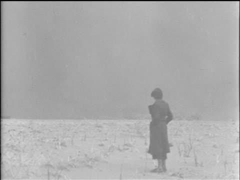 vidéos et rushes de / twister tornado on prairie horizon twister moving up dusty road and on prairie / lights in town barely visible through dust storm / cattle being... - tempête de poussière