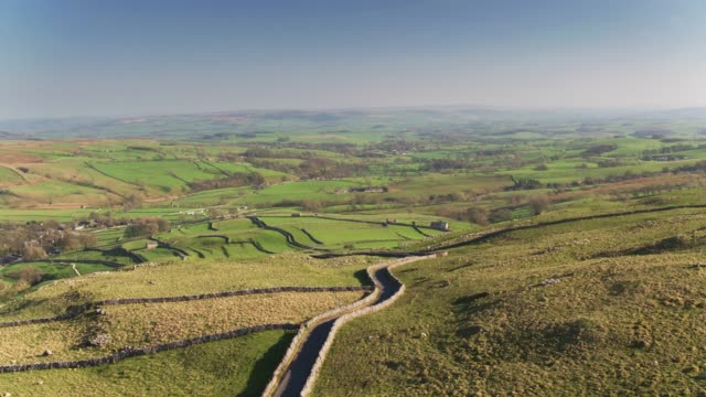 Bochtig, smal Road in de buurt van Malham, Noord Yorkshire - Drone Shot