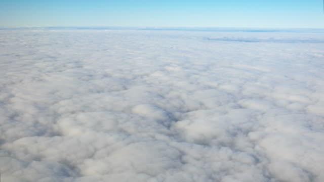 Två antenn skott ovan molnen i 4K