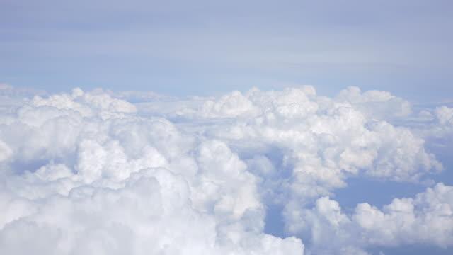 vídeos de stock, filmes e b-roll de duas fotos aérea acima das nuvens em 4 k - no alto
