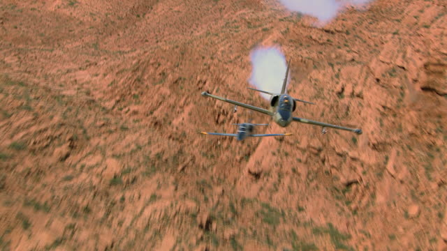 air to air, cu, two aero l-39 albatroses flying over rock formations, grand canyon, arizona, usa - acrobatica aerea video stock e b–roll