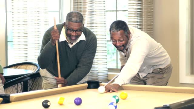 ビリヤード 2 つのアフリカ系アメリカ人 - ビリヤード点の映像素材/bロール