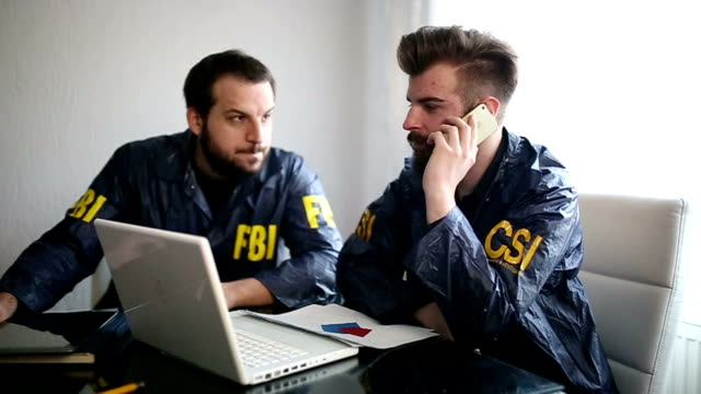 Två agenter i office. FBI och CSI